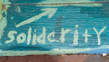 Mural con la palabra solidaridad pintada.
